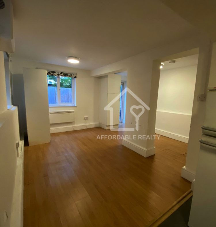 basement flat stuart Crescent 10-15-4